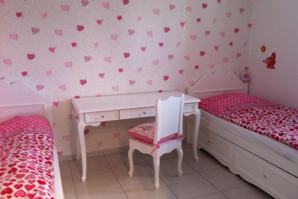 חדר מעוצב לילדה על בסיס ורוד - שמנת עיצובים
