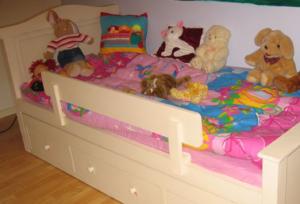 מיטות לבנות בחדרי ילדים